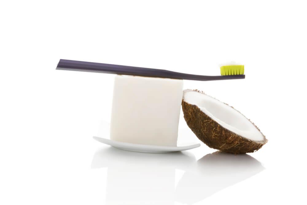 צחצוח שיניים עם שמן קוקוס