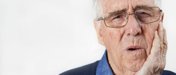 אדם מבוגר הסובל מכאבים בלסת