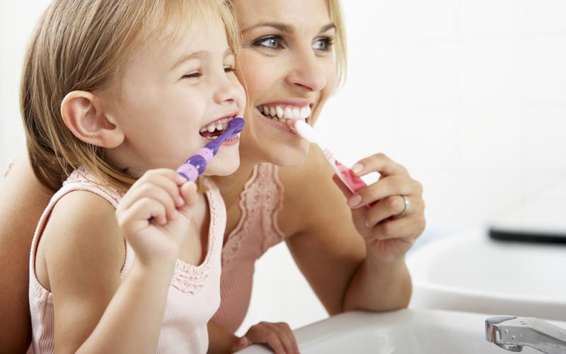 צחצוח שיניים מונע חור בשן