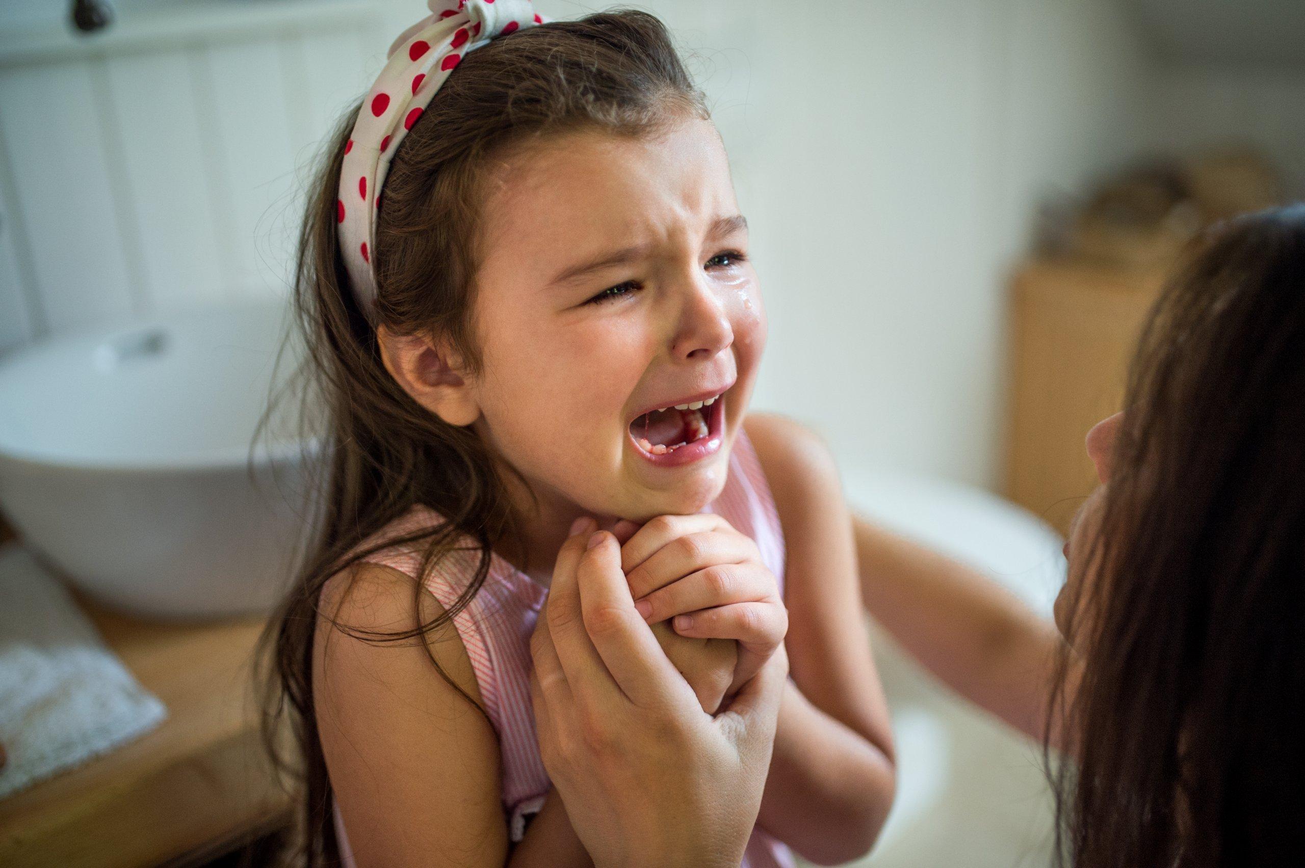 ילדה בוכה - בקיעת שיניים טוחנות תופעות לוואי